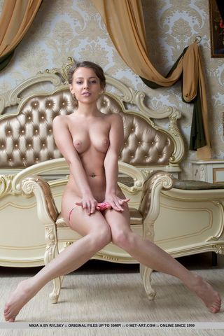 Стройная блондинка на кровати раздвинула широко ноги, показав вагину