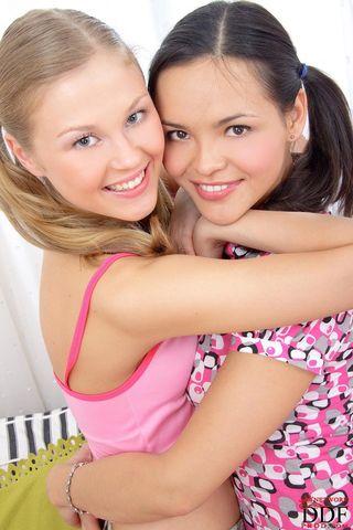 Две молодых лесбиянки балуют свои выбритые дырки вибратором