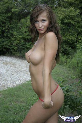 Девушка на природе перед парнем сняла бикини и выставила большие дойки