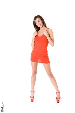 На фотосессии девушка сняла стринги и показала тугую промежность
