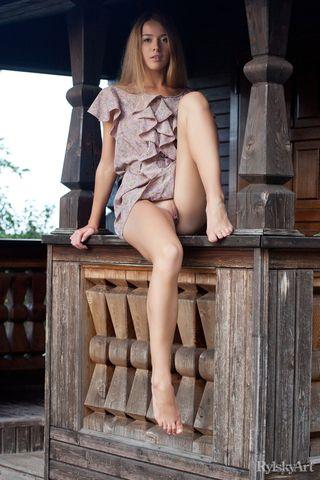 Длинноногая девушка на отдыхе показывает упругую попку без трусиков