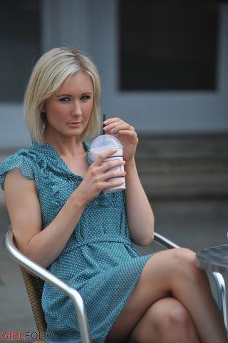 Стройная блондинка с улицы сняла лифчик и стринги перед парнем