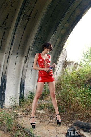 Похотливая девушка на каблуках потрахивает вагину бутылкой