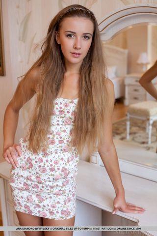 Девушка сняла платье и раздвинула ноги, показав бритую вагину