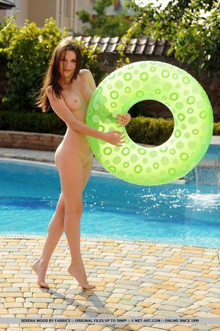 Девушка с упругими ягодицами в бассейне на круге раздвинула ноги