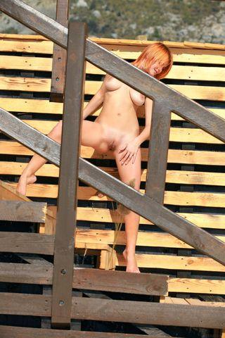 Жопастая рыжая стерва на стройке показывает дойки
