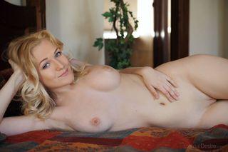 Грудастая блондинка пальцами раздвигает разрабртанные дырки