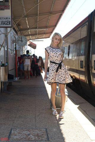 Парень фоткает жопастую подругу на вокзале в коротком платье