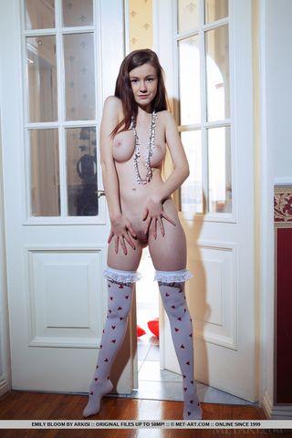 Грудастая девушка в чулках в домашней фотосессии показывает тугие дырочки