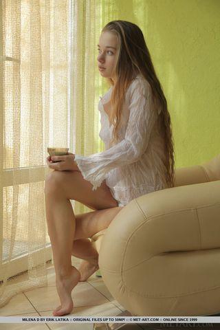 Длинноволосая девушка на кресле демонстрирует волосатую пилотку