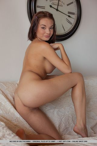 Грудастая девушка на каблуках перед фотоаппаратом подставила вагину
