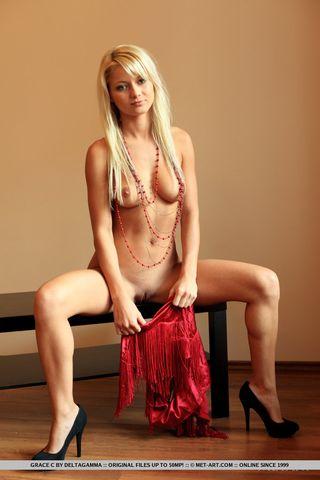 Блондинка с большими дойками раздвинула ноги без трусиков на столе