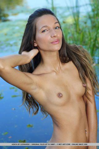 Худая девушка на эротической фотосессии встала рачком у водоёма