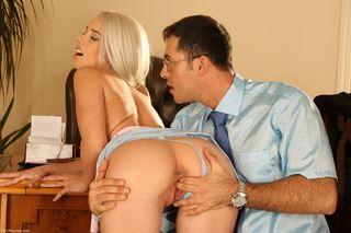 Очкастый начальник насадил на свой толстый ствол жопастую блондинку