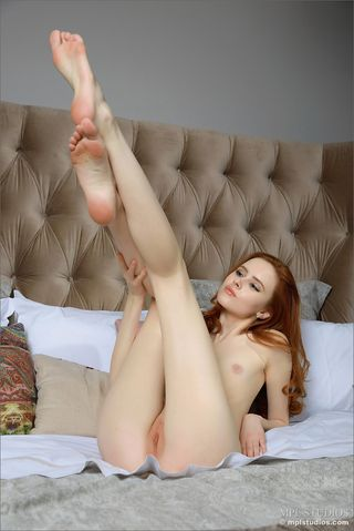Худая рыжая сучка  раздвигает руками на кровати тугую вагину