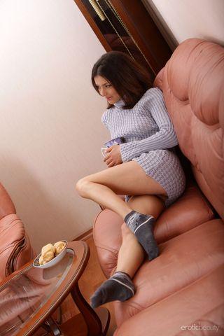 Любовник уговорил молодую жену с маленькими дойками на фотосессию