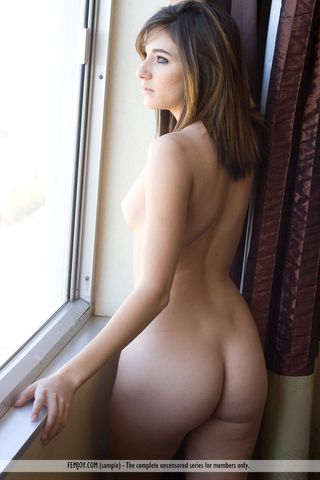 Грудастая девушка с плоским животом предлагает фотографу вылизать вагину
