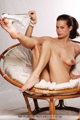 Сисястая девушка на фотосессии мастурбирует клитор