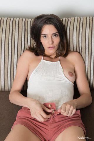 Девушка встала рачком на диване и раздвинула руками половые губы