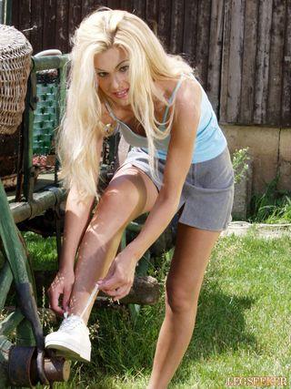 Сисястая блондинка на улице поливает водой свои большие буфера