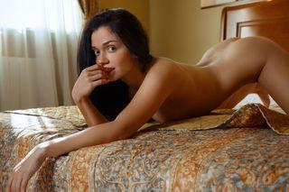 Молодая брюнетка на кровати выставила упругую попку перед мужиком