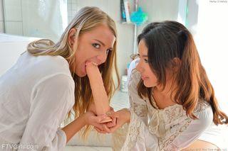 Молодые студетки занимаются анальным фистингом в гостях