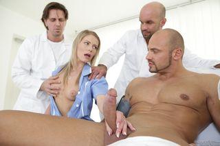 Мужики в оргии растрахивают вагину похотливой бабищи в чулках