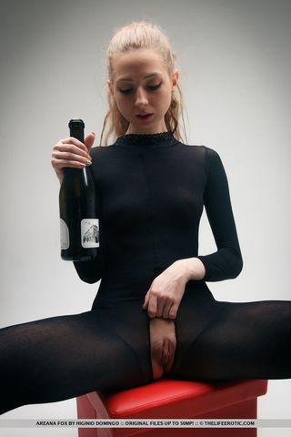 Ненасытная стерва на кастинге растрахивает анал горлышком бутылки