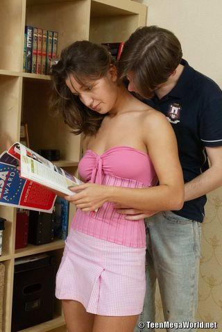 После минета студент поставил рачком подругу и отодрал её