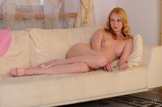 Молодая блондинка на каблуках насадилась бритой вагиной на самотык