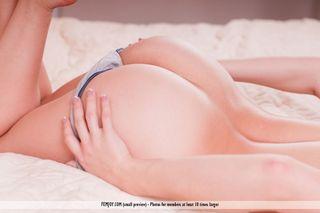 Сисястая блондинка на кровати руками раздвигает упругие ягодицы