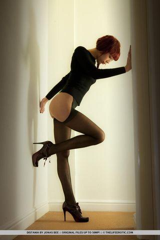 Рыжая секретарша с волосатым лобком мастурбирует после работы