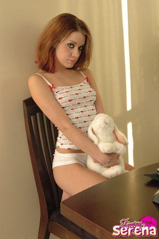 Рыжая подруга во время работы за ноутом обнажила маленькие дойки