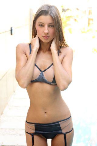 Стройная девушка после бассейна сняла бикини и показала тугую вагину