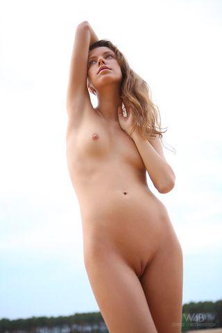 Длинноволосая студентка на песчаном берегу хочет секса с парнем