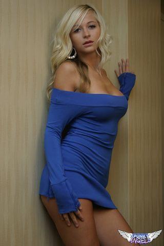 Похотливая блондинка в коротком платье предлагает потискать её дойки