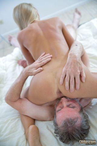 Зрелый мужик в гостинице раком отодрал молодую блондинку