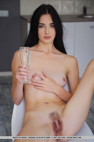 Длинноволсая брюнетка с упругой попкой раздвигает руками небритую вагину