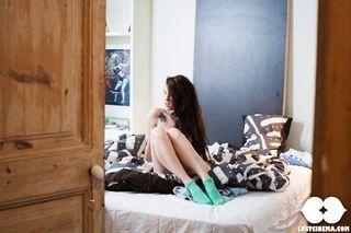 Пара студентов занимаются сексом в разных позах на кровати