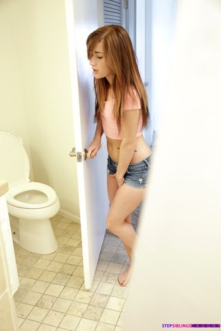 Качок трахнуд худую подругу в ванной и сделал камшот ей на вагину
