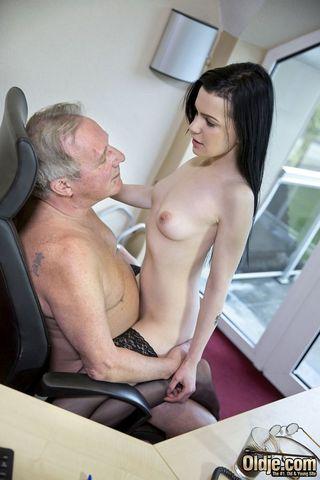 Зрелый босс вылизывает бритую промежность брюнетке в чулках