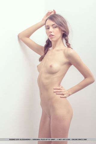 Худая девушка на кастинге раздвигает булки перед фотографом
