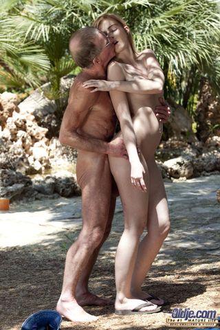 Молодая блондинка на улице ласкает языком член зрелого мужика