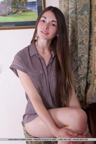 Длинноногая девушка на фотосессии показывает маленькие дойки
