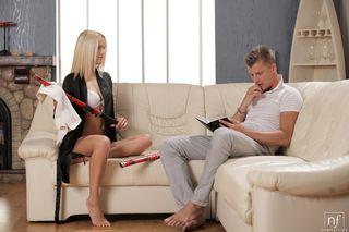 Парень в разных позах на диване отодрал стройную блондинку