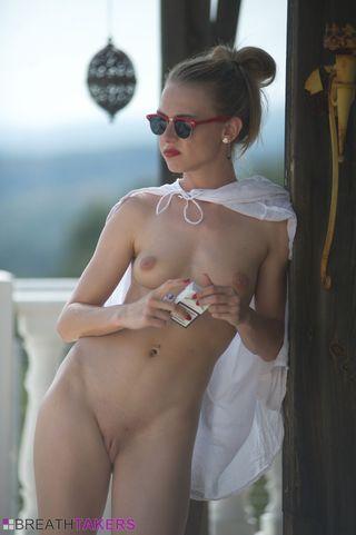 Девушка с упругой попкой после траха пьёт алкоголь на балконе