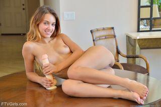 Девушка торчащими сосками на кухне потрахивает себя дилдо