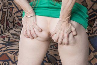 Стройная бабища на фотосессии показывает небритые подмышки и волостую пилотку