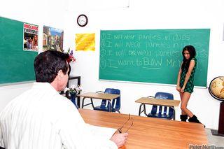 Похотливая студентка ососала преподу и насадилась на его член на столе