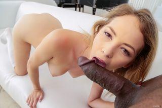 Толстый негр прижимается с молоденькой блондинке сзади и имеет ее в мокрую пилотку и кончает в рот